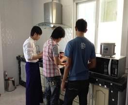 料理を作る研修生達