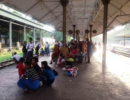 ヤンゴン中央駅内ホーム