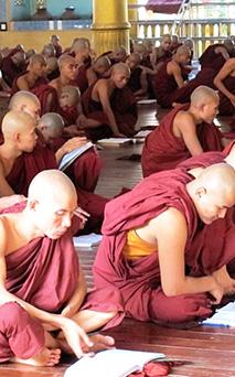 修業中の僧侶達