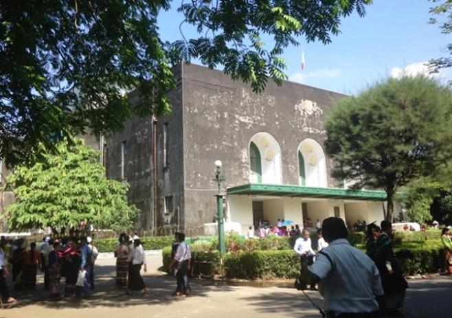 ヤンゴン大学コンボケーションホール南西方面からの外観